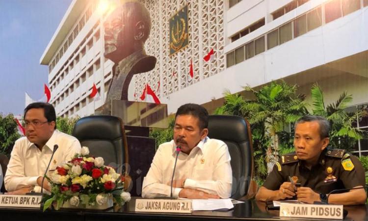Ketua BPK Agung Firman Sampurna (kiri) dan Jaksa Agung Sanitiar Burhanuddin (tengah) memberikan penjelasan mengenai kerugian negara dalam kasus PT Jiwasraya (Persero), di Gedung Kejaksaan Agung, Jakarta, Senin (9/3/2020). - Bisnis/Sholahuddin Al Ayyubi
