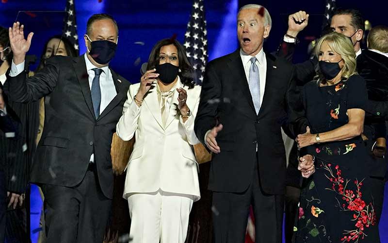 Dari kiri: Douglas Emhoff (suami Kamala Harris), Kamala Harris, Joe Biden, dan Jill Biden (istri Joe Biden) bereaksi dalam perayaan hasil Pemilihan Presiden AS 2020 di Wilmington, Delaware, AS, Sabtu (7 /11/2020). - Bloomberg/Sarah Silbiger