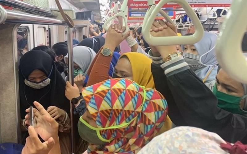 Penumpang KRL Commuter Line Bogor-Jatinegara KA6115 berdesakan,d an tanpa jarak yang berisiko tertular Covid-19. - Twitter @annmaart20
