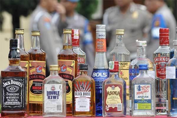Barang bukti minuman keras (miras) hasil tangkapan aparat kepolisian Polda Jambi diperlihatkan sebelum dimusnahkan di Mapolda Jambi, Jumat (26/5). - Antara/Wahdi Septiawan