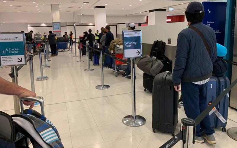 Sejumlah WNI tengah antre dalam proses boarding pada penerbangan menuju Jakarta dari Australia. Sebanyak 358 WNI mengikuti program repatriasi mandiri, difasilitasi oleh KBRI Canberra. - KBRI Canberra