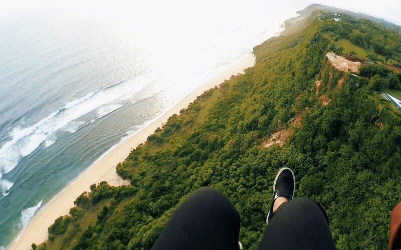 Wisata paragliding di Uluwatu, Bali.