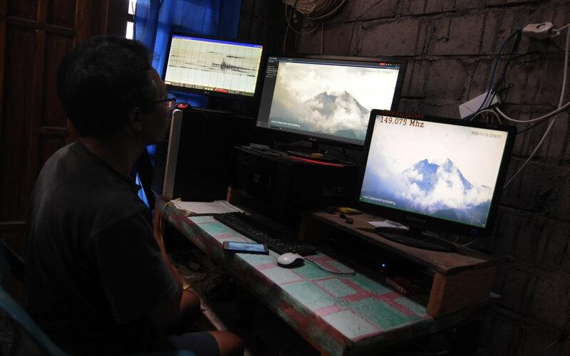 Relawan mengamati aktivitas Gunung Merapi dari Pos Pantau Merapi Balerante di Kemalang, Klaten, Jawa Tengah, Jumat (13/11/2020). - Antara/Aloysius Jarot Nugroho.