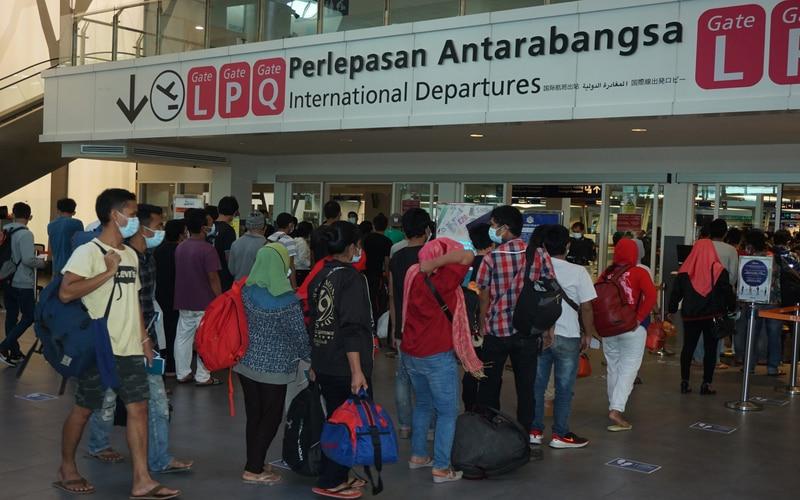 Sebanyak 200 orang Pekerja Migran Indonesia (PMI) ilegal asal Medan, Sumatera Utara siap dipulangkan dari Bandar Udara KLIA 2 di Kuala Lumpur, Malaysia, Senin (26/10/2020). - Antara/Agus Setiawan.