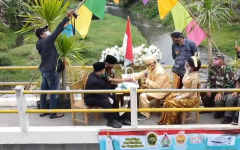 Suasana acara nikah bareng yang digelar Forum Ta'aruf Indonesia (Fortais) di Yogyakarta. - Antara/Fortais