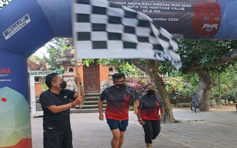 Wali Kota Denpasar I.B Rai Dharmawijaya Mantra melepas peserta Bali Virtual Run 2020.