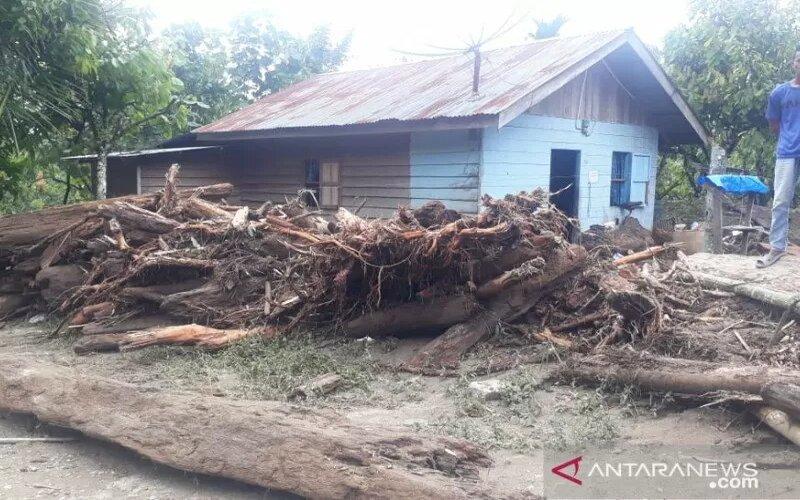 Rumah warga rusak akibat diterjang banjir bandang di Kabupaten Aceh Tenggara, Sabtu (14/11/2020) malam. - Antara/BPBD Aceh Tenggara