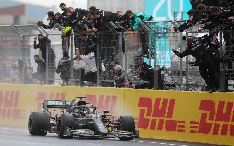 Pebalap tim Mercedes Lewis Hamilton menjuarai Grand Prix Turki di Sirkuit Istanbul Park, Istanbul, Minggu (15/11/2020)/Antara - Reuters/Tolga Bozoglu