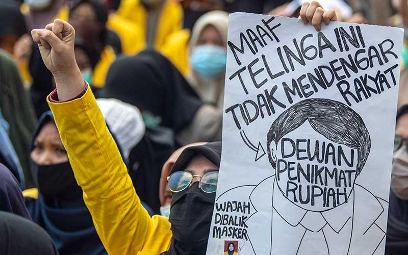 Sejumlah mahasiswa yang tergabung dalam Aliansi BEM se Sumatera Selatan berdemo di Simpang Lima DPRD Provinsi Sumatera Selatan, Palembang, Rabu (7/10/2020). Mereka menuntut pencabutan UU Omnibus Law Cipta Kerja yang telah disahkan oleh DPR, karena dinilai merugikan para pekerja di Indonesia. ANTARA FOTO - Nova Wahyudi