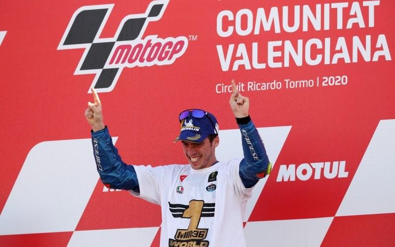 Pebalap tim Suzuki Ecstar Joan Mir melakukan selebrasi setelah mengunci gelar juara dunia MotoGP di Grand Prix Valencia, Sirkuit Ricardo Tormo, Valencia, Spanyol, Minggu(15/11/2020)/Antara - Reuters/Albert Gea