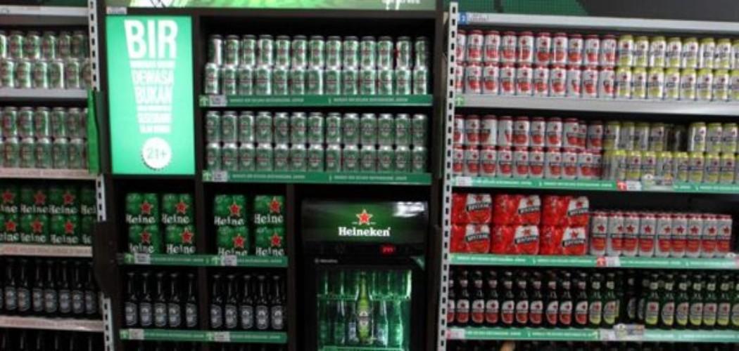 Karyawati menata produk minuman beralkohol di sebuah pusat perbelanjaan di Jakarta, Senin (27/7). - Jibi - Dwi Prasetya