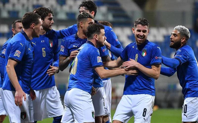 Para pemain Italia merayakan gol pertama ke gawang Polandia. - UEFA.com