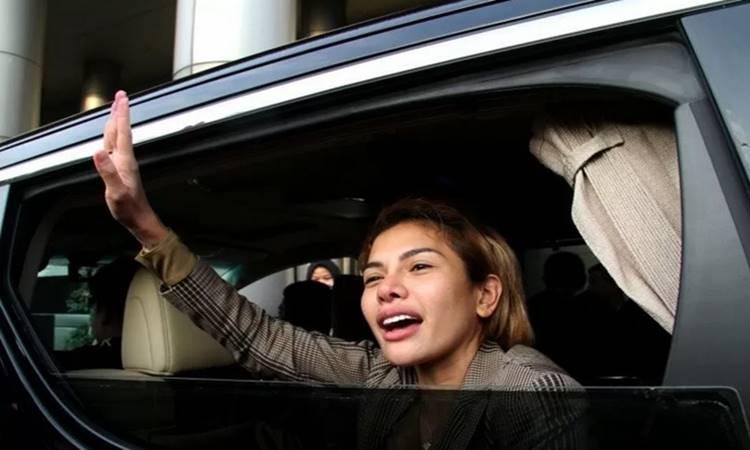 Nikita Mirzani melambaikan tangan dari dalam kendaraan usai pemeriksaan di Kejaksaan Negeri Jakarta Selatan, Jakarta, Senin (3/2/2020). - Antara\n\n