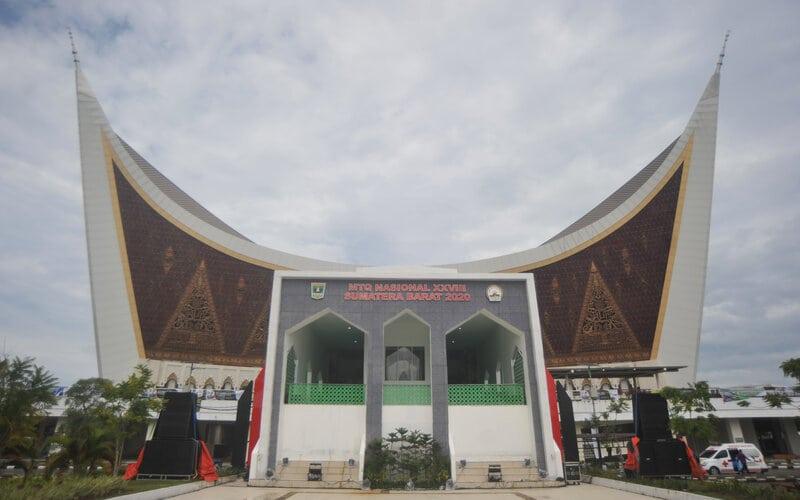 Seorang qoriah tampil saat perlombaan cabang Qira'at Sab'ah Mujawwad Dewasa pada MTQ Nasional ke-28 di Masjid Raya Sumbar, Padang, Sumatra Barat, Minggu (15/11/2020). Sebanyak delapan cabang diperlombakan pada MTQ Nasional ke-28 dengan 12 lokasi di antaranya masjid-masjid besar dan auditorium kampus di kota itu. - Antara/Iggoy el Fitra.