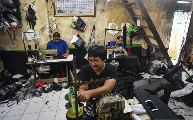 Pekerja konfeksi menyelesaikan pesanan tas di Jakarta, Selasa (3/11/2020). - Antara\r\n