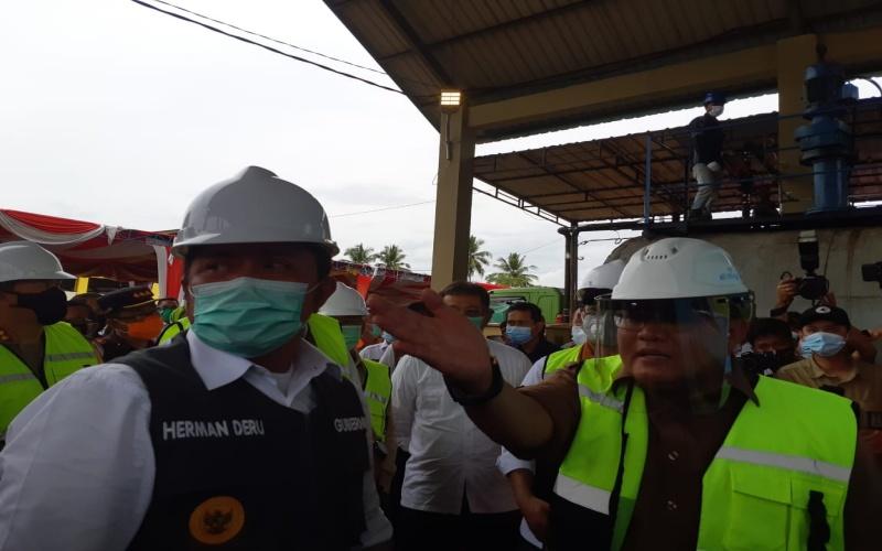 Gubernur Sumsel Herman Deru (dari kiri) bersama Bupati Musi Banyuasin Dodi Reza Alex saat meninjau unit instalasi pengolahan aspal karet berbasis latek terpravulkanisasi di Kecamatan Sekayu, Kabupaten Muba. Bisnis/Dinda Wulandari