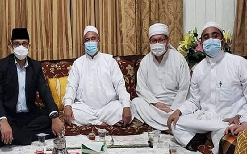 Anies Baswedan duduk paling kiri, di sebelahnya ada Rizieq Shihab, disusul Tengku Zulkarnain, dan Hanif Al-Athos (menantu Rizieq) yang duduk paling kanan. JIBI - Bisnis/Nancy Junita/Instagram @tengkuzulkarnain.id