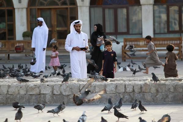 Ilustrasi-Warga menyaksikan burung merpati  - Reuters