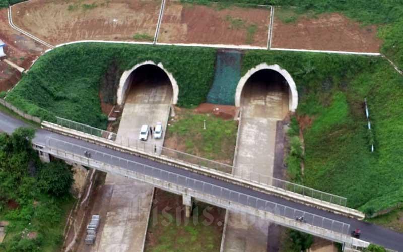 Foto udara Jalan Tol Cileunyi-Sumedang-Dawuan (Cisumdawu) seksi dua di kawasan Ranca Kalong, Kabupaten Sumedang, Jawa Barat, Selasa (17/3). Kementerian Pekerjaan Umum & Perumahan Rakyat (PUPR) menargetkan pembangunan jalan tol Cisumdawu bisa rampung pada akhir 2020. Jalan tol sepanjang 61,5 kilometer ini merupakan akses baru dari Bandung menuju Bandara Internasional Jawa Barat, Majalengka. Bisnis - Rachman
