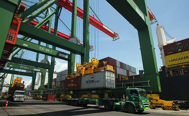 Sejumlah truk mengantre muatan peti kemas di Terminal Teluk Lamong, Surabaya, Jawa Timur, Kamis (13/2/2020). - Antara/Didik Suhartono