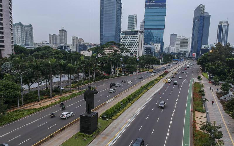 Foto aerial kendaraan melintas di kawasan Jalan Jenderal Sudirman, Jakarta, Minggu (11/10/2020). Pemprov DKI Jakarta memutuskan akan mengurangi kebijakan rem darurat secara bertahap dan akan kembali memasuki Pembatasan Sosial Berskala Besar (PSBB) masa transisi yang mulai diberlakukan pada 12 - 25 Oktober 2020. ANTARA FOTO - Galih Pradipta