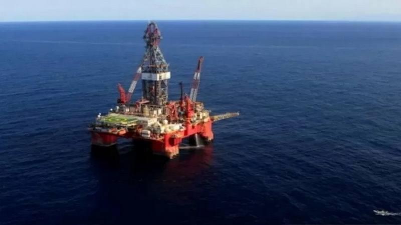 Eksplorasi minyak di lepas pantai. Pemerintah terus mendorong adanya penemuan raksasa (giant discovery) blok minyak dan gas bumi (migas) di 68 potensi cekungan migas di wilayah Indonesia.  - Antara