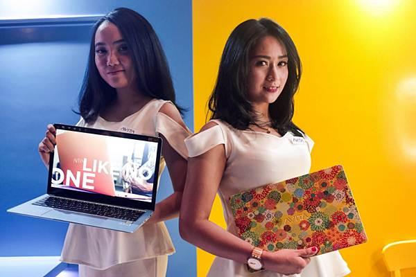 Model memamerkan produk laptop terbaru Nexstgo seri Avita Liber di sela-sela peluncurannya di Jakarta, Kamis (8/11/2018). - JIBI/Felix Jody Kinarwan