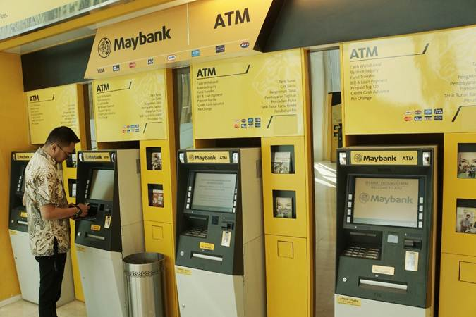 Nasabah beraktivitas di salah satu gerai anjungan tunai mandiri (ATM) Maybank Indonesia, di Jakarta, Kamis (27/6/2019). - Bisnis/Himawan L Nugraha