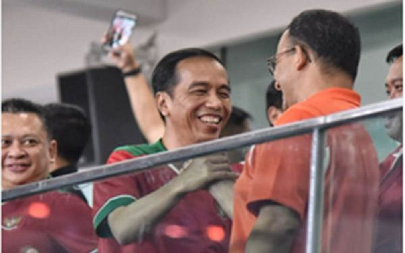 Foto arsip/Presidan Jokowi menyalami Anies Baswedan saat laga Persija lawan Bali United di Piala Presiden 2018. / Twitter aniesbaswedan