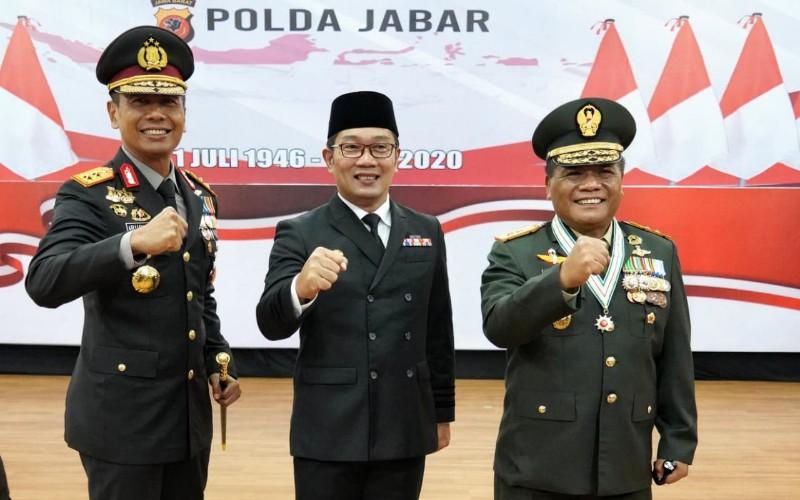 Gubernur Jawa Barat Ridwan Kamil saat bersama mantan Kapolda Jabar Irjen Pol Ruddy Sufahriadi
