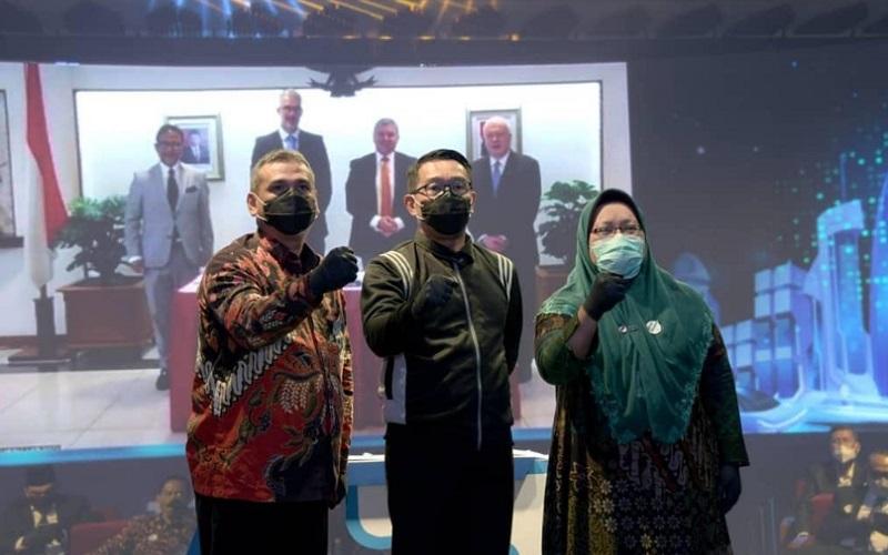 Gubernur Jabar Ridwan Kamil (tengah) bersama Direktur Utama PT Jasa Sarana Hanif Mantiq (kiri)