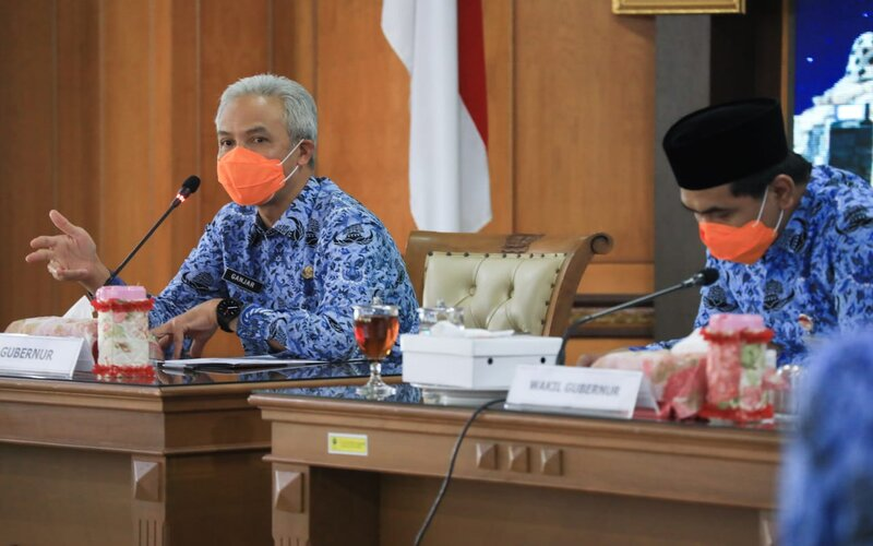 Gubernur Jateng Ganjar Pranowo (kiri) saat memimpin rapat koordinasi penanganan percepatan Covid-19 di Jawa Tengah, ruang rapat lantai kantor Gubernuran, Selasa (17/11/2020). - Ist