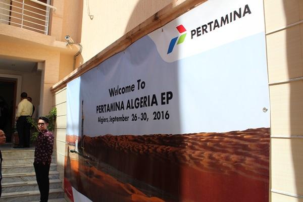Seorang karyawan Pertamina Algeria EP berdiri di depan kantor perusahaan anak perusahaan PT Pertamina tersebut di Aljir, Aljazair. - Bisnis/Zufrizal