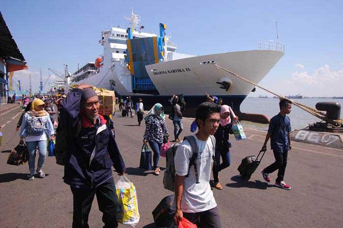 Penumpang turun dari KM Dharma Kartika IX yang bersandar di Dermaga Jamrud Utara, Pelabuhan Tanjung Perak, Surabaya, JawaTimur, Selasa (28/5/2019). - ANTARA/Didik Suhartono