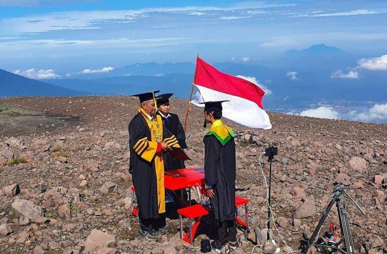 Wisuda di Gunung Merapi.