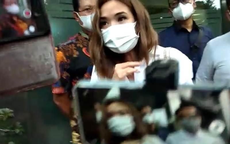 Artis Gisella Anastasia alias Gisel usai menjalani pemeriksaan sebagai saksi di Polda Metro Jaya. - Bisnis/Sholahuddin Al Ayyubi
