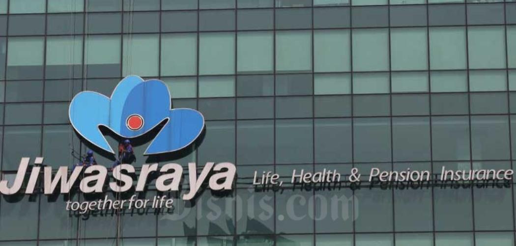 Pekerja membersihkan logo milik PT Asuransi Jiwasraya (Persero) di Jakarta, Rabu (31/7/2019). Bisnis - Abdullah Azzam
