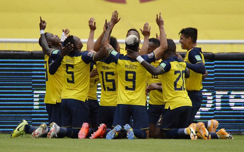 Para pemain Ekuador setelah menjebol gawang Kolombia. - Twitter@FIFAWorldCup