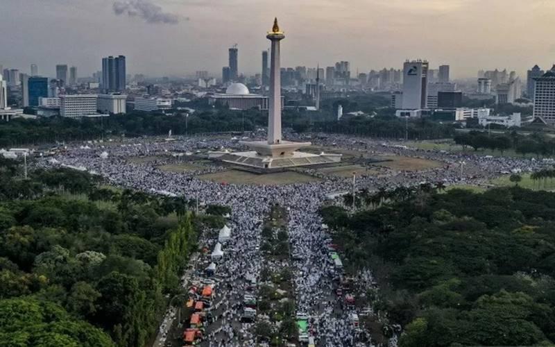 Suasana aksi reuni 212 di kawasan Monas, Jakarta, Senin (2/12/2019). Reuni tersebut digelar untuk lebih mempererat tali persatuan umat Islam dan persatuan bangsa Indonesia. - Antara\r\n