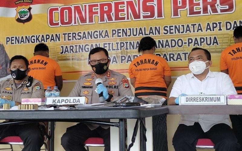 Kapolda Papua Barat Irjen Pol Tornagogo Sihombing pada konferensi pers di Manokwari pada Selasa (17/11/2020) tentang penangkapan pelaku perdagangan senpi ilegal yang diselundupkan dari Filipina - Antara