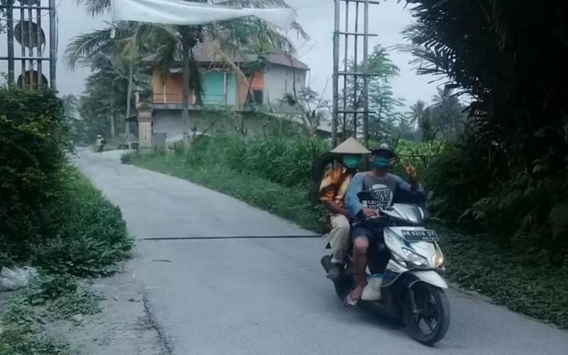 Desa Ngargomulyo Kecamatan Dukun terjadi hujan abu setelah erupsi Gunung Merapi, Sabtu (20/6/2020). - Antara