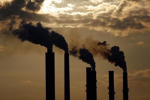 Ilustrasi asap pabrik. - Bloomberg/Luke Sharrett