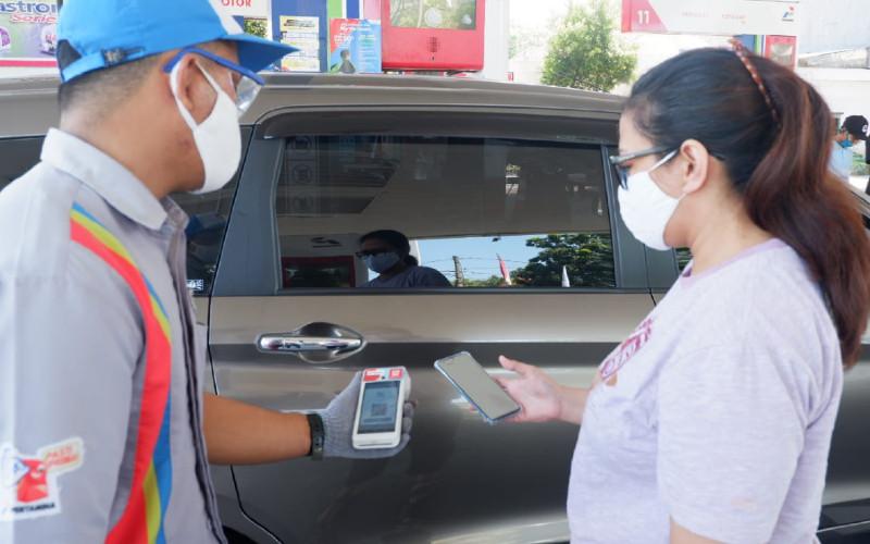 Pembeli BBM di SPBU Pertamina menggunakan transaksi pembayaran nontunai.  - Pertamina