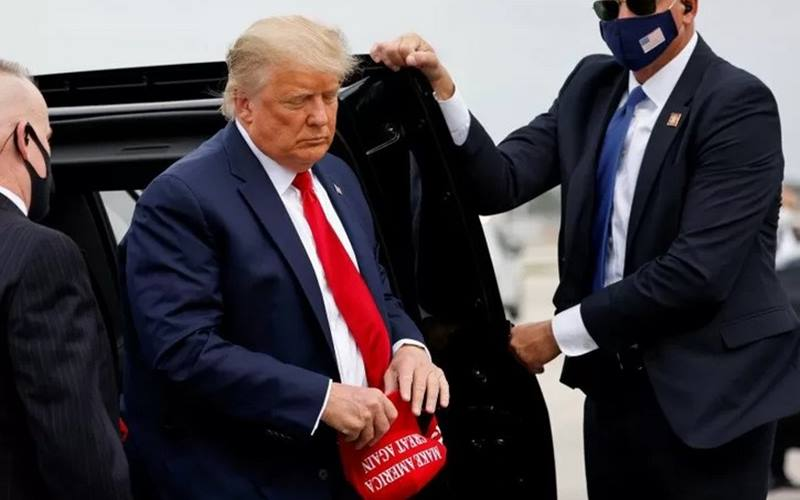 Presiden Donald Trump saat hendak terbang bersama Air Force One - Antara/Reuters