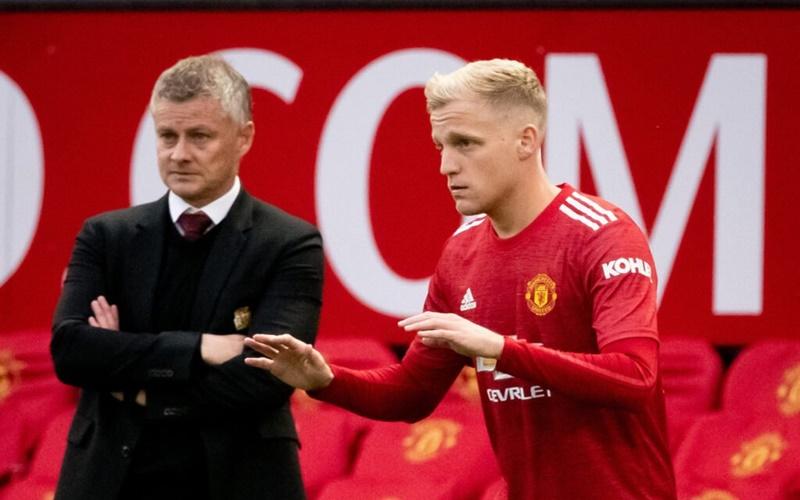 Van de Beek bersama pelatih Manchester United, Ole Gunnar Solskjaer - The Athletic