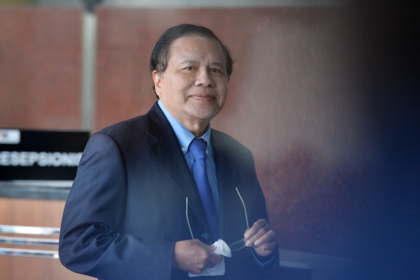 Mantan Menko Perekonomian Rizal Ramli berdiri di ruang tunggu Gedung KPK, Jakarta, Selasa (2/5). - Antara/Widodo S Jusuf