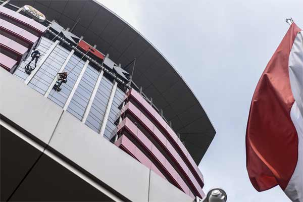 Ilustrasi-Pekerja membersihkan kaca Gedung Merah Putih KPK, Jakarta, Senin (8/5). - Antara/Hafidz Mubarak A