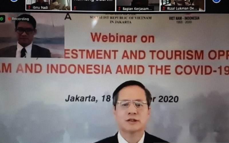 Duta Besar Vietnam untuk IndonesiaPham Vinh Quang berbicara dalam diskusi mengenai perdagangan, investasi, dan pariwisata yang diselenggarakan secara virtual, Rabu (18/11/2020). (ANTARA - Yashinta Difa)