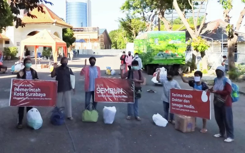 Ilustrasi-Sejumlah warga yang dinyatakan sembuh dari Covid-19 saat dipulangkan dari tempat karantina di Asrama Haji Surabaya. - Antara/Pemkot Surabaya