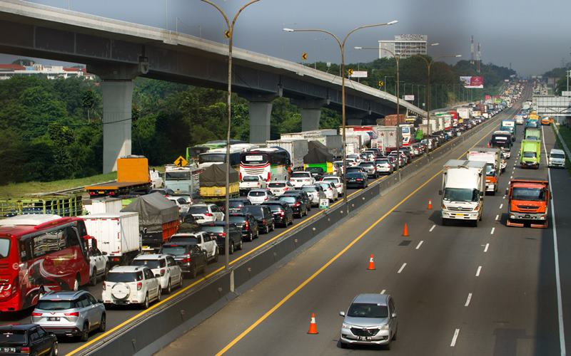Sejumlah kendaraan melaju di jalan tol Jakarta - Cikampek (Japek) KM 47, Karawang, Jawa Barat, Rabu (28/10/2020). PT Jasa Marga mencatat peningkatan lalu lintas tol Jakarta-Cikampek hingga 51,6 persen dibandingkan arus lalulintas normal atau mencapai 73.201 kendaraan meninggalkan Jakarta. ANTARA FOTO - M Ibnu Chazar